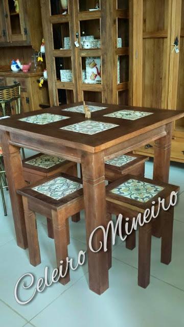 Mesa e banquinhos rústicos e madeira de demolição com ladrilhos hidráulicos