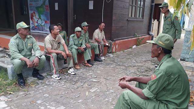 Anggota Koramil 10/Karimunjawa Melaksanakan Komsos Dengan Anggota Linmas Di wilayah Binaannya.