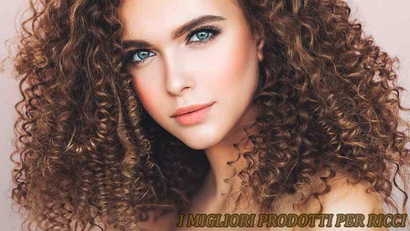 modella dai capelli ricci ed occhi azzurri