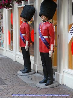 Beefeaters vigilando la entrada a una tienda de Carnaby Street