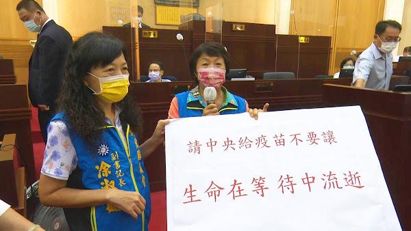 彰化鄉親呵咾「王媽媽」防疫表現 劉淑芳議員們送花肯定鼓勵