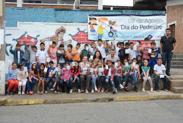 Crianças conscientizam sociedade sobre trânsito seguro no Dia Internacional do Pedestre