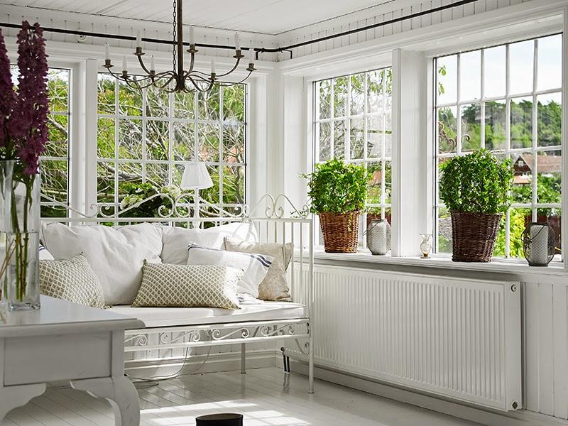 Biały, drewniany domek, wystrój wnętrz, wnętrza, urządzanie domu, dekoracje wnętrz, aranżacja wnętrz, inspiracje wnętrz,interior design , dom i wnętrze, aranżacja mieszkania, modne wnętrza, vintage, shabby chic, białe wnętrza,
