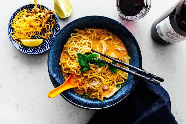 Món mì khao soi vốn là đặc sản ở vùng đất phương bắc, Thái Lan. Điểm nhấn của món ăn này là những sợi mì cọng mềm và mì chiên giòn, hòa trộn cùng nước dùng cà ri đậm đà. Những miếng thịt gà hoặc thịt bò cũng được ninh kỹ, ăn mềm rục và thơm ngon. Đây là món ăn truyền thống của người dân địa phương nên dù ở vỉa hè, quán ăn hay nhà hàng, bạn đều dễ dàng bắt gặp để thưởng thức.
