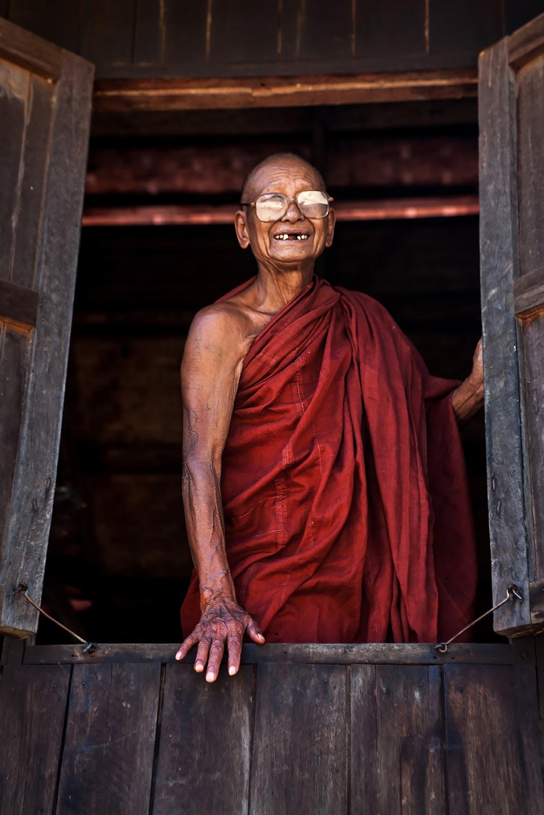 mnich,uśmiech,bagan,birma
