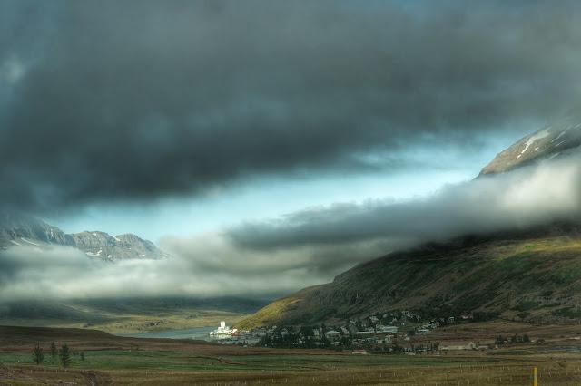 Montanhas e névoa em Seydisfjordur, na Islândia