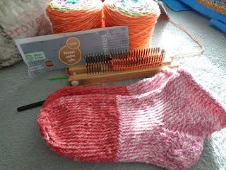 """Chaussettes au tricotin géant en laine d'Action, photo copyright issue de mon blog """"le tricotin géant belge"""""""