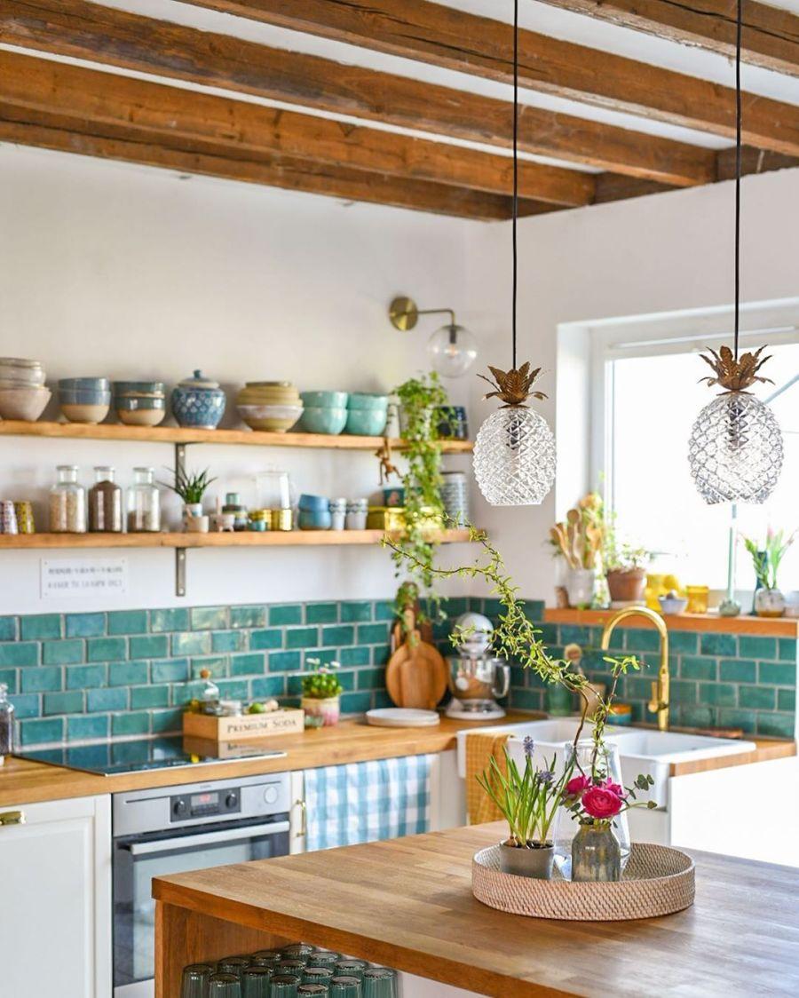 Wiosenne kolory w klimatycznym mieszkanku, wystrój wnętrz, wnętrza, urządzanie domu, dekoracje wnętrz, aranżacja wnętrz, inspiracje wnętrz,interior design , dom i wnętrze, aranżacja mieszkania, modne wnętrza, home decor, styl skandynawski, scandi, scandinavian style, kuchnia, kitchen, drewniane klaty, drewniana półka, białe szafki, meble kuchenne, turkusowe płytki, aneks kuchenny, mała kuchnia, small kitchen,