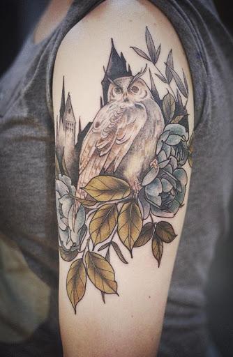 Um Harry Potter inspirado manga da tatuagem. A coruja simboliza um personagem do livro como ele empoleira-se um grupo de rosas azuis. Atrás da coruja é o que todos nós podemos adivinhar como Escola de Hogwarts da feitiçaria e da feitiçaria.