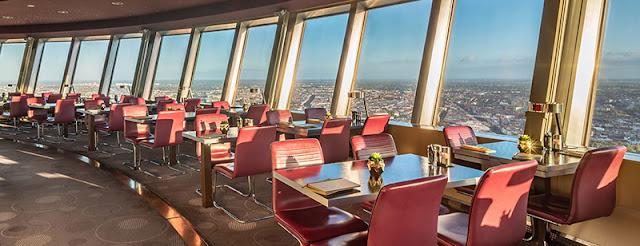 Ambiente do restaurante de luxo da Torre de TV em Berlim