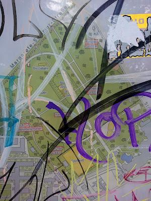 Lageplan Neuer Hain m Volkspark Friedrichshain.Unter Graffitti kaum zu erkennen.