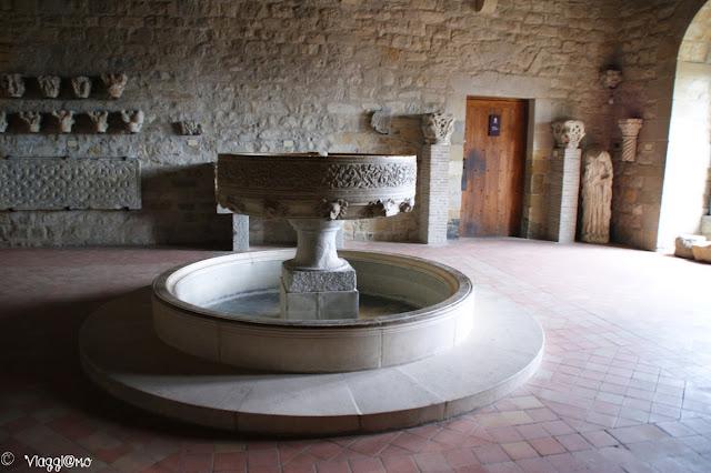 Una delle sale interne al castello con statue e reperti