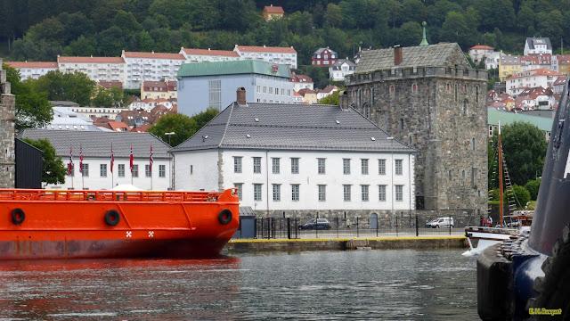 Stad met een rivier met boten
