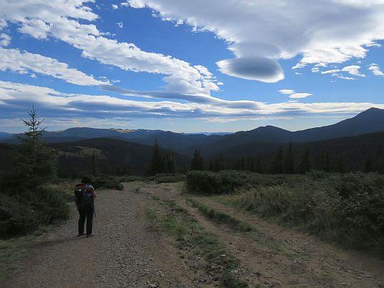 Niezwykłe obiekty na niebie ukształtowane z chmur.