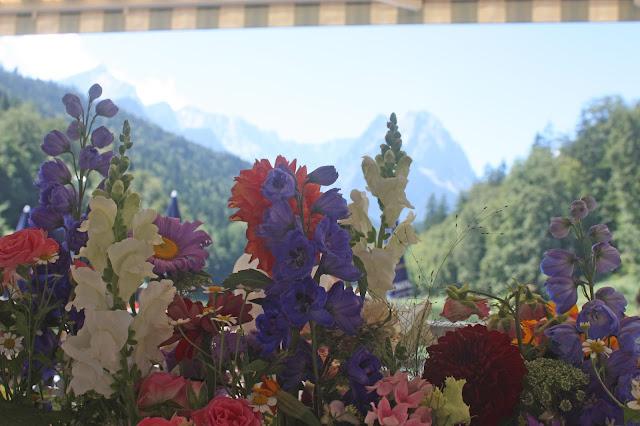 Alpspitze, Waxensteine, Wettersteingebirge, Bunte Wiesenblumen-Hochzeit im August, Riessersee Hotel Garmisch-Partenkirchen, Bayern, Hochzeitslocation, Wedding in Bavaria, wild flowers wedding scheme