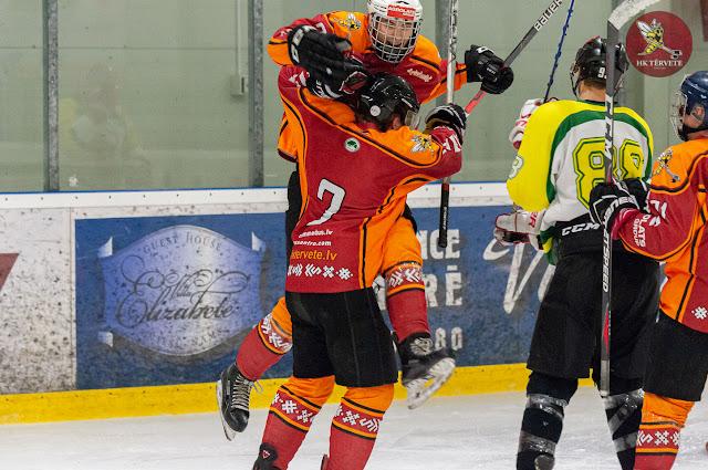 Hokejists uzlec virsū otram svinot gūtos vārtus
