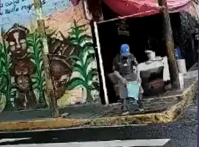 Taquero usa agua de charco para limpiar sus utensilios de cocina en la alcaldía Álvaro Obregón. (VIDEO)