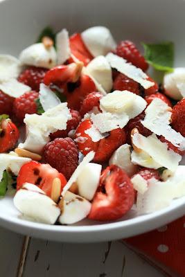 fraises en version salée , salade fraîche d'été , mozzarella , paremsan