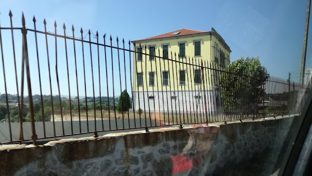 Casa que passa para ir para a praia fluvial