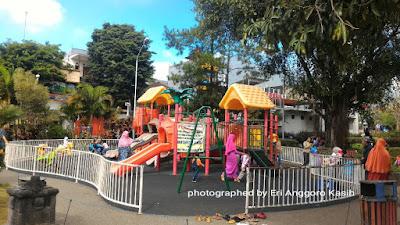 Tempat bermain anak-anak di alun-alun Kota Batu.