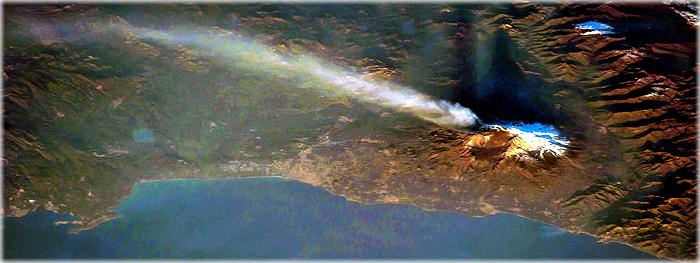 vulcão Etna em erupção visto do espaço - ISS