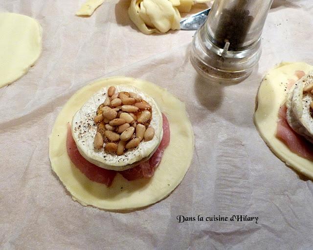 Feuilletés au Rocamadour, bacon, miel et pignons de pin