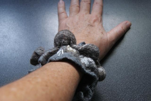 Filzarmband mit Perlen aus Merinowolle