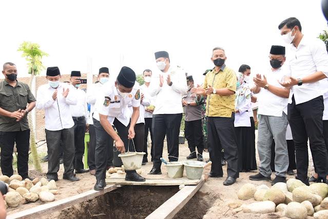 Bupati Bersama Wakil Bupati Sergai Melakukan Peletakan Batu Pertama Pembangunan RKB Sekolah Mantab