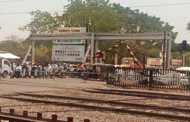 जमानियां: पिकअप के धक्के से टूटा रेलवे फाटक का बूम