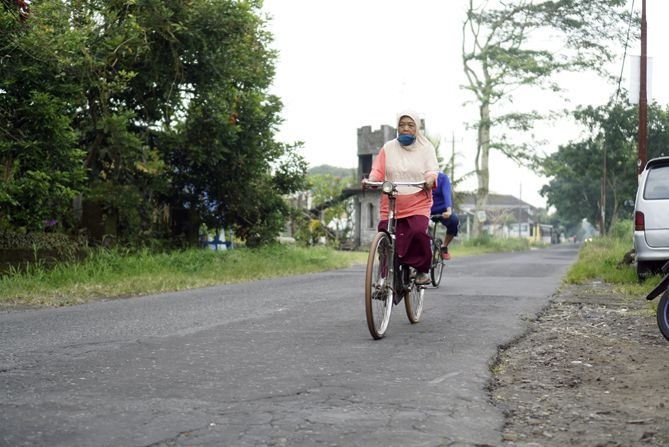 Pesepeda di sekitaran Seyegan