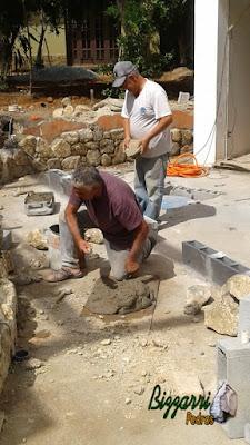 Bizzarri fazendo a execução das muretas de pedra com pedra moledo com as escadas de pedra e os pisos de pedra. Esse tipo de pedra moledo em tamanhos de mamão até melancia tanto para fazer muro de pedra como paredes de pedra com revestimento de pedra. 26 de setembro de 2016.
