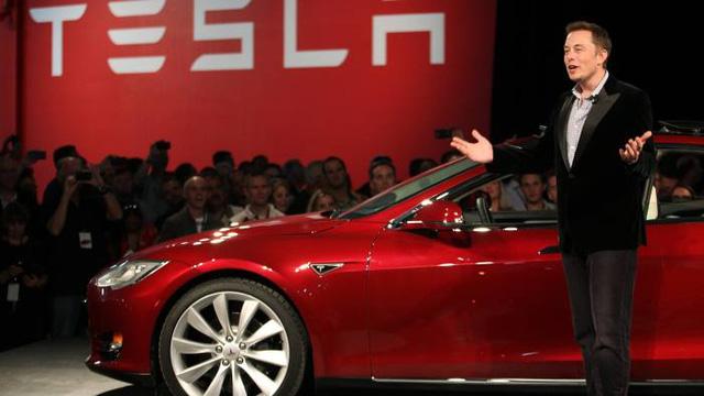إيلون ماسك وسيارة تيسلا