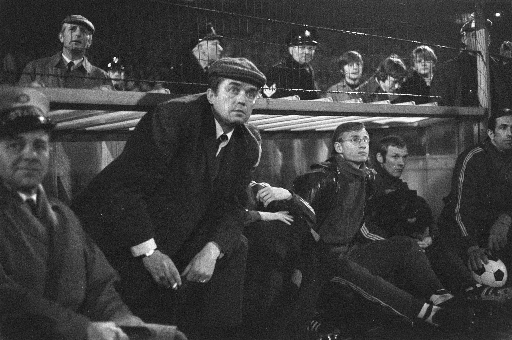 Ernst Happel kijkt aandachtig toe tegen Legia Warschau