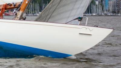 Bild på fören på en kappseglingsbåt i vattnet.