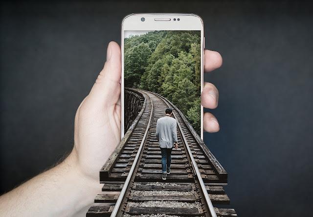 mão segurando um i phone 10 e uma ponte e pessoa em 3d entrando no celular