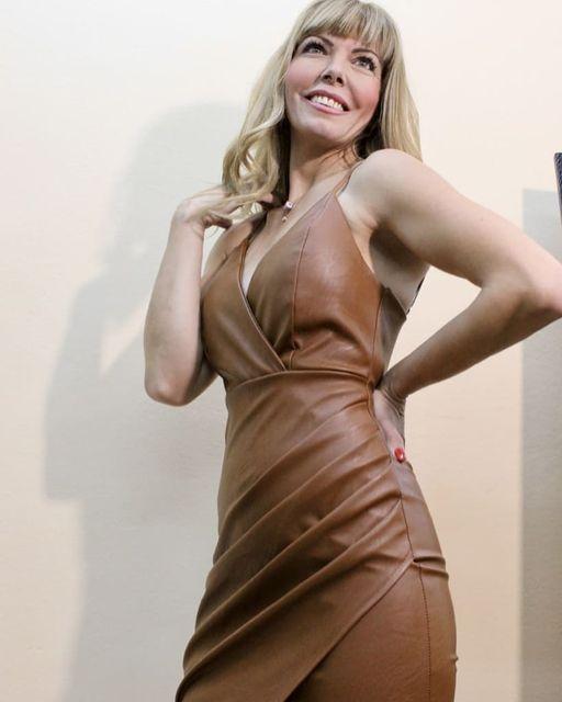 Midi φόρεμα δερματίνης με ρυθμιζόμενες τιράντες σε καφέ χρώμα.
