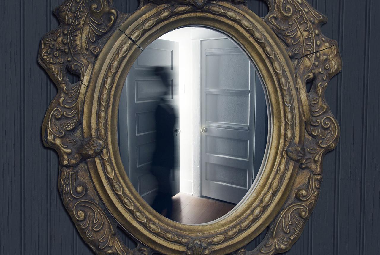 Roh yang tersesat di dalam cermin