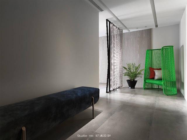 幅度舒適敞朗的廊道,也象徵著家隨時張開寬厚雙手包容的暖意。  置入一張帶有光澤感的絨布長凳,成為家人歸來時的落腳舒緩處,在端景處設定造型設計單椅,善用軟件的搭配規劃出視覺的動線。