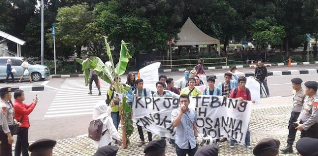 Pendemo: Kasihan Novanto Sendirian, Tangkap Juga Yasonna!