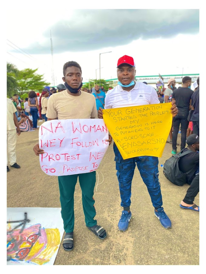 Man Proposes To His Girlfriend At #EndSARS Protest In Lagos (Photos)