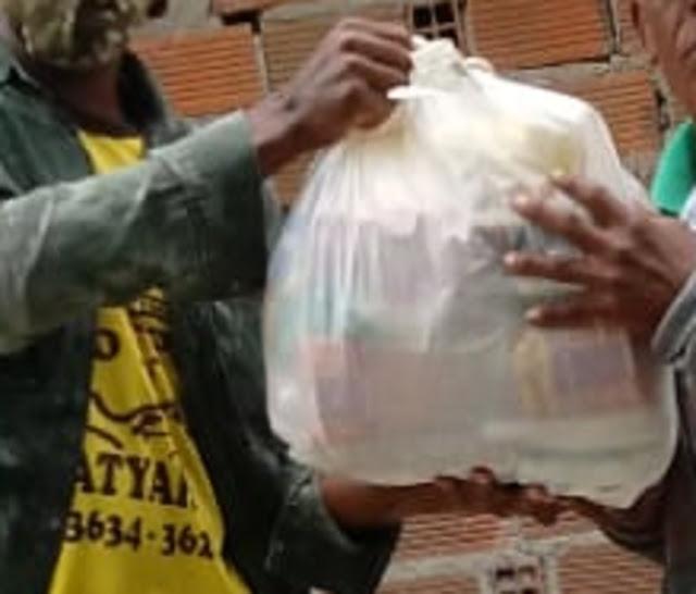 Mototaxistas de Amargosa fazem doação de cestas básicas para famílias carentes