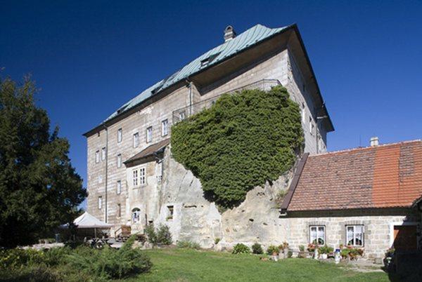 houska castle adalah istana yang di bagun di bawah lubang iblis