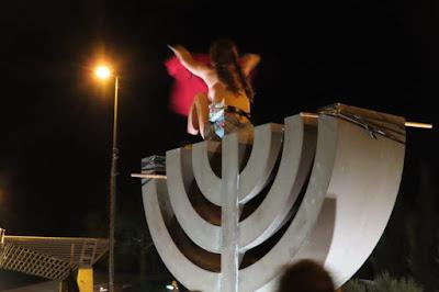 סטודנטית לעבודה סוציאלית מתערטלת על סמלי המדינה 21.07.2020 - ירושלים.