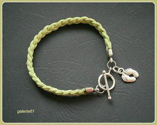 bransoletka, zielony rzemyk pleciony, zawieszka stopy