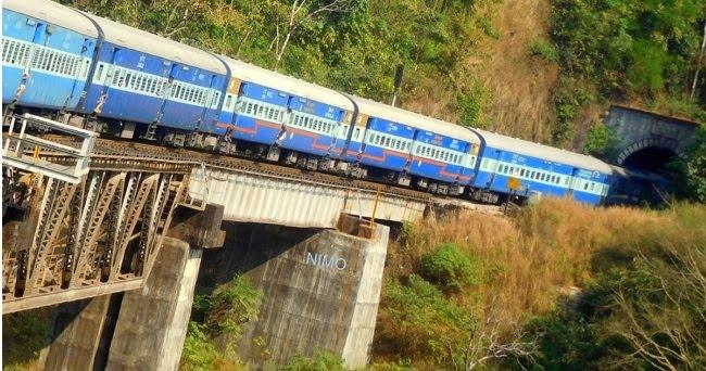 Τρένο έπεσε πάνω σε πεζούς στην Ινδία - Φόβοι για πολλούς νεκρούς (ΒΙΝΤΕΟ)