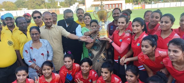 राज्य स्तरीय सीनियर महिला हॉकी प्रतियोगिता के फाइनल मुकाबले में.. ग्वालियर ने जबलपुर की टीम को 10 गोल से एक तरफा मात देकर.. विजेता ट्राफी के साथ टीम चैंपियनशिप पर किया कब्जा..