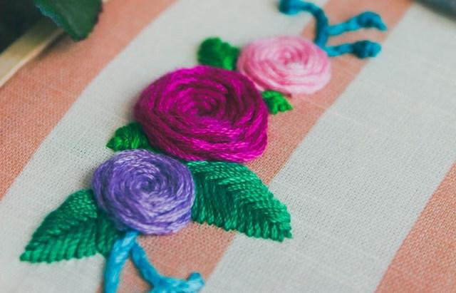 Thêu hoa hồng bằng mũi spider web stitch