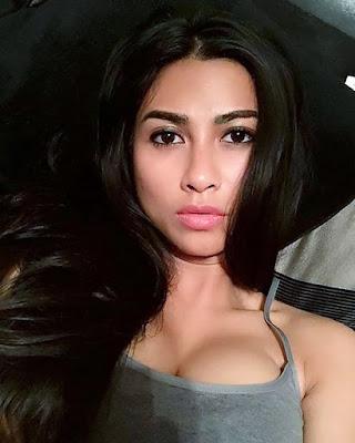 Uli Auliani artis seksi selfie di tampt tidur