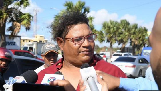 Guillermo Peña se trasladaba en una motocicleta tipo passola, cuando sin buscarlo,  se convirtió en todo un héroe, al rescatar con vida a dos personas de tres que cayeron al mar Caribe en un camión tipo volteo, en el kilómetro 17 de la autopista Las Américas.