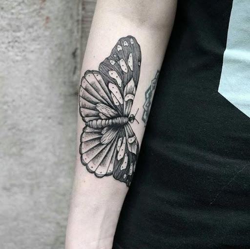 Este nítidas tatuagem de borboleta no antebraço